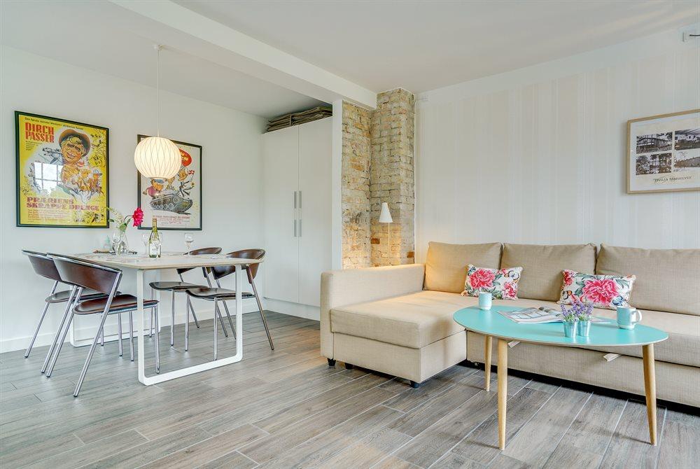 ferielejlighedens spisebord og sofaområde